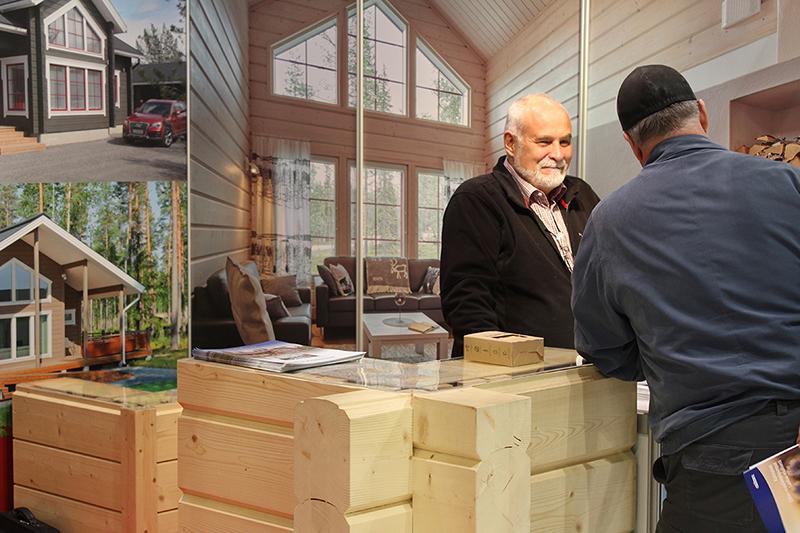 Kaksi miestä keskustelemassa messuosastolla nojaillen puusta tehtyyn design pöytään
