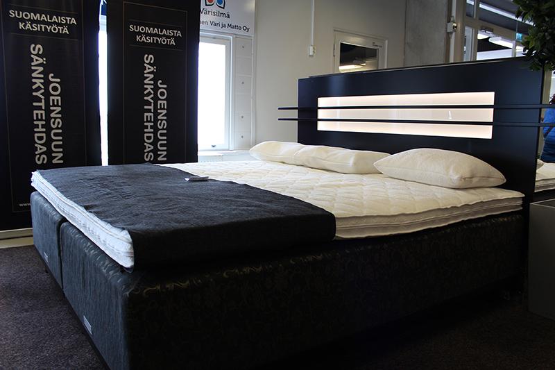 Tyylikäs parisänky design sängyntaustalla