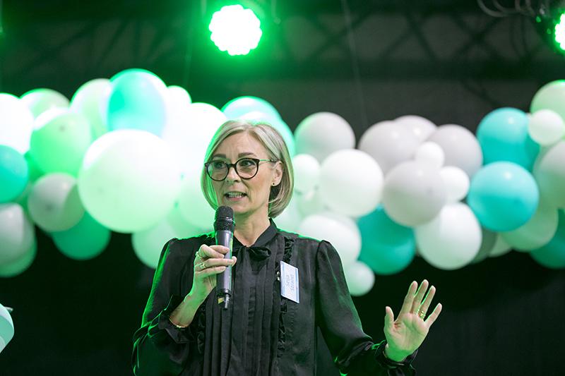 Sisustussuunnittelija Seija Strand puhumassa keskittyneenä messulavalla