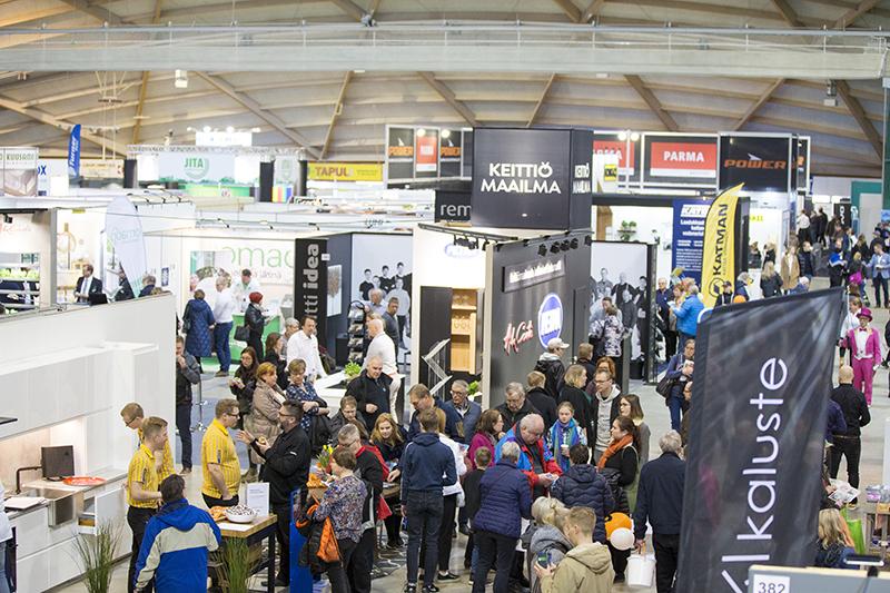 Messuyleisö täydellä messukäytävällä kiertelemässä messuosastoja Rakentaja 2019 Oulu -tapahtumassa
