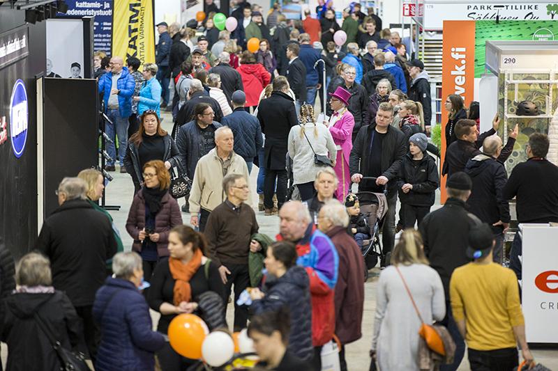 Messukäytävä täynnä kävijöitä kiertelemässä messuosastoja Rakentaja 2019 Oulu -tapahtumassa