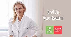 Rakkaustohtori Emilia Vuorisalmi valkoisessa kauluspaidassaan hymyillen valoisan ikkunan edessä