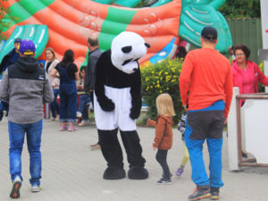 Panda pukuun sonnustautunut henkilö pienen lapsen kanssa Vekkulit Vestarit -tapahtuman kävelytiellä